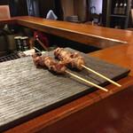 鳥長 - お寿司屋さんみたいにカウンターに置かれる