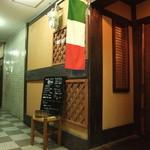 B-ONE - 地下に階段を下りてすぐ、イタリア国旗が入り口の目印です