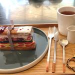 メゾン ド フルージュ - 苺のミルフィーユと紅茶