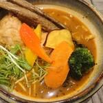 Rojiura Curry SAMURAI. - 日替わりの野菜の素揚げが8酒類付きます。牛蒡が最高に美味しかった!