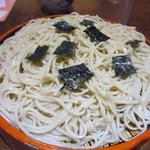 飛うめ - 蕎麦には四角にきられた焼き海苔が添えられて食欲をそそります。