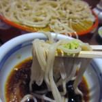 飛うめ - 山葵を少し添え、添加物などを一切使わない関東風のそば出汁でお蕎麦はいただきます