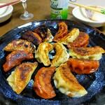 味の丸嘉 - 料理写真:辛子餃子と肉餃子