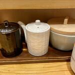 とんかつ 寿々木 - 右からソース、胡麻ドレ、ポン酢ドレ?