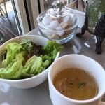 カフェ・ミサキ - セットのサラダとスープ