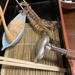Nishiya - 活海老は竹串に刺して。美々卯はそのままなので、飛び出すんですよね。