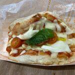 ピンサ・ロマーナ - マルゲリータパニーニーはサクサク、フワフワのピンサ・ロマーナの生地を使った食べやすくて比較的ヘルシーなパニーニですよ。