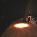 バー・メトリック - カウンターメインですがテーブル席もあります。照明はかなり暗め(いろんな意味でお得♪)。オーナーバーテンダーさんはイケメンです♪