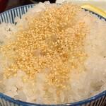 熟かつ亭 - ご飯大盛り白ゴマ、ローズソルトトッピング