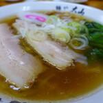 青竹手打ちラーメン 麺や 大山 - 料理写真:ラーメン(税込660円) 長く切った大きなからチャーシューが2枚!田村屋由来の伝統です。