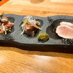 Chicken Meets Shark とよみつ - 本日の前菜 生棒棒鶏、砂肝のよだれ鶏、とりわさ