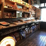 ムガルキッチン - 食材やスパイスがたくさん販売されてます。