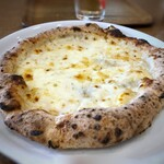 ピザレボ - *クアトロ・フォルマッジ・ビアンカ・・チーズもタップリ。4種のチーズを使用されゴルゴンゾーラも入っているようですが、クセのないマイルドな味わい。