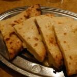 インド・ネパール料理 ヒマラヤ - チーズナン
