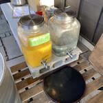 CAFE 日升庵 - オレンジジュースは好きなだけ笑