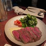 BAR Coda - すでに頭を抱えているオツレサマ。でも肉は美味しいので食べる。