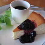 14388299 - ネーミングも味も懐かしかった「無敵のチーズケーキ」です。ブルーベリーのソースです。