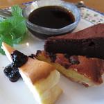 14388300 - 「3種のケーキ盛り合わせ」は、チーズケーキ、チョコケーキ、ブルーベリーのタルトを味わうことができます。