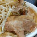 自家製太麺 ドカ盛 マッチョ - ラーメン中のチャーシュー