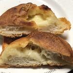 アールベイカー - あふれるチーズブールの断面