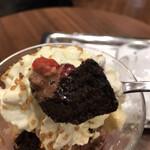 エスプレッサメンテ・イリー - パフェ ピスタチオ&エスプレッソ 825円。チョコレートの甘み、苺の酸味、ピスタチオホイップの旨味がマッチして、美味しくいただきました(^。^)