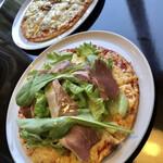 Pizza&イタリアンレストラン NICOLA - 料理写真:生ハムと野菜のピザ(手前)とミックスピザ(奥)