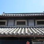 飯田食堂 - 2階の格子窓・・・?