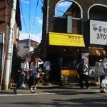 焼き鳥野島 - お客様は店頭、裏にも溢れている賑やかさ
