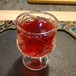 花咲み荼 - ハイビスカスのシロップ漬けを食べ終わると、冷たいお茶で、割ってくれるんです。o(^o^)o