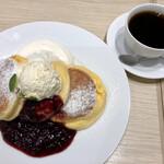 幸せのパンケーキ - 濃厚チーズムースパンケーキ ベリーソース ホットコーヒー