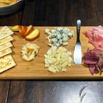 Cafe&Bar SUIREN - チーズとシャルキュトリーの盛合せ。