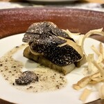 クリマ ディ トスカーナ - 三陸牡蠣コンフィ 青森ゴボウ トスカーナの香り 藁で牡蠣を燻してからコンフィにした、その香りの良さに厚く切った黒トリュフが重なり得も言えぬハーモニー♪ 牡蠣が滋味深い味わいですとても。 コンフィにしたゴボウにはローズマリーとタイムの香りをのせ、根菜の食感の良さと土臭さも感じるそんな味わい♪