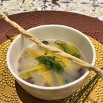 クリマ ディ トスカーナ - ミネストローネ 北海道ホタテ マルタリアーティ ホタテからこんなにも旨味と甘味が出るのかと驚きのスープ、ホタテの身も芳ばしく焼かれやはり甘味が素晴らしいです。 マルタリアーティ(不揃いに切ったパスタ)の食感も良く、お腹が落ち着く具だくさんスープです♬