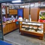 三ツ山羊羹本舗 - 珍しく閑散とした店内