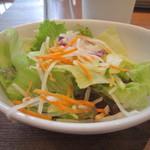 プロント - 冷たくてシャキシャキのサラダ。ビネガーが効いたフレンチドレッシングがかかって。