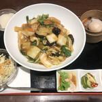 天津飯店 - 五目あんかけ焼きそばセット1980円。全体的に、美味しくいただきました(^。^)。でも、全体的に、特徴を感じられない味わいで。。。2000円は高い印象です