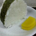 chuukasobayouki - おむすびはたくあん2枚付き