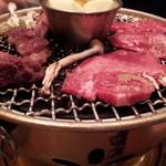 但馬家幸之助 小淵沢店 - タン(手前)、ハラミ(奥)。この厚み!