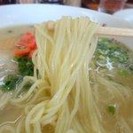 長浜ラーメン - 長浜と名乗るにはちょっと太めのストレート麺