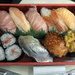 知床鮨 - 上段右から:サーモン、ボタンエビ?、トロ、カニ、トロ 下段右から:うに、サーモン親子、〆たい?、ネギトロ巻き