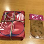 川うめ - 左:   うなぎ弁当(中) ¥2.200(税込) 右:  とこ漬(食べ切り) ¥540(税込)