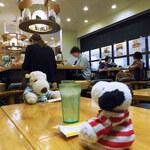 143989814 - お店がある阪急サン広場って、                       阪急百貨店の地下出入口からつながってるので                       ボキらはたまに通るところだけど、初めて来る人にはちょっと分かにくい場所かな?                       ちびつぬ「でもスパイスカレーの人気店なのよ~」