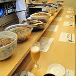 和さび - カウンター席の上には大皿に盛られたおばんざいが並びます。