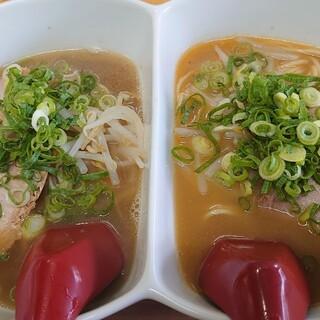 芦屋らーめん庵 - 料理写真:ハーフ&ハーフら〜めん♪(もと&味噌)