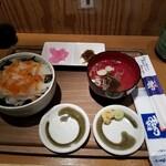 回転寿司函館まるかつ水産 - 全体図。