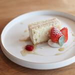 モノローグ - デザート 苺と豆腐のムースケーキ ココナッツクリームとラズベリーソース☆