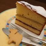 森のらくだ - ヴィクトリアケーキ✨バターがふんわり香るパウンドケーキにピスタチオクリームにラズベリージャムをサンド。生地密度が濃くて、しっとり&甘さ控えめです。