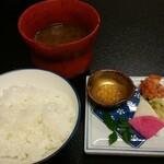 御客屋旅館 - 奥の味噌汁は蛤入りです。ヤマメの卵は小鉢に