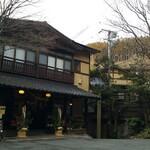 御客屋旅館 - 冬空の温泉宿。日本の美