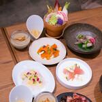 シンシア ブルー - 和歌山ビンチョウマグロと根セロリ、カレーオイル 燻製銀鮭とカリフラワームース、ハーブオイル 炙りと春菊のソース(カマスサワラ、もちビンチョウ) シキンボウのローストビーフ 未利用魚(ブダイ)のカルパッチョ、野菜のドレッシング バーニャカウダ 蟹味噌のソース トピナンブールのスープ